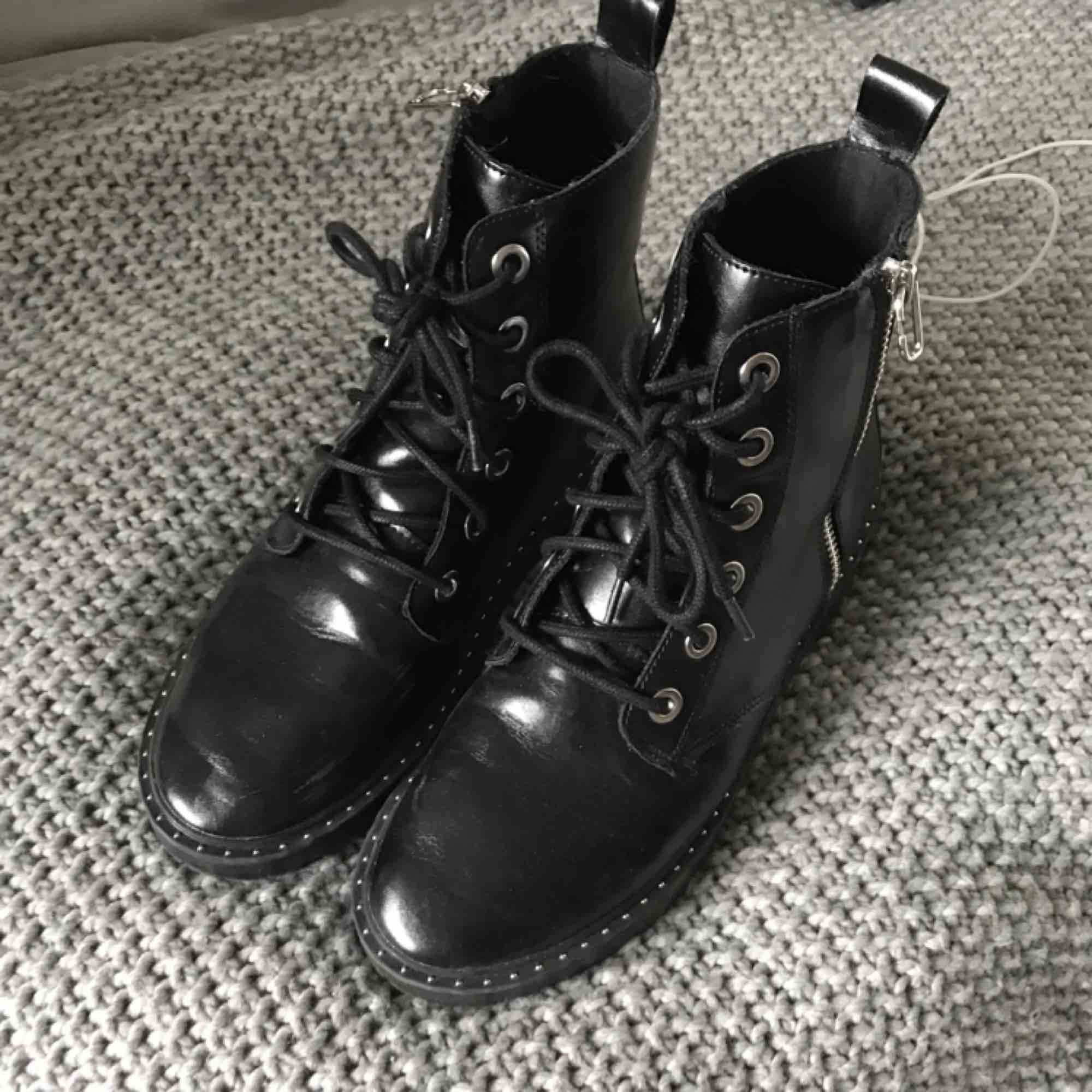 skitcoola svarta boots från zara strl 39, använd fåtal gånger i bra skick! Pris kan diskuteras! Inköpta för 600kr. Skor.