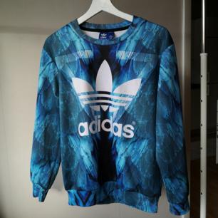 Snygg Adidas sweetshirt (fake), lent tyg, nopprig I främst rygg (se bild 3). Sitter lite loose på mig som brukar ha storlek xs-s