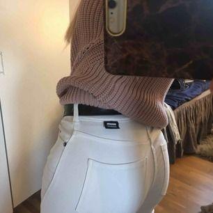 Helt oanvända Dr.Denim vita bootcut jeans i Xs men stretchiga så passar Xs-M. Tror längden är 32 elr 33 men jag är iaf 168 och på bild 3 ser man hur långa dem är på mig💕
