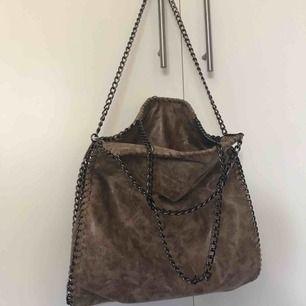 Super snygg väska ifrån Tessie köpt för 700kr, aldrig använd, pristagen är kvar. Färg: taupe med kedjor. Rymmer väldigt mycket Köparen står för frakten. 🤩