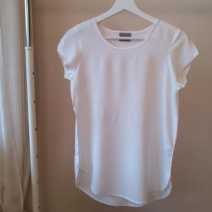 Vit topp från Vera moda, nyskick. Inte tshirt tyg, utan lent material.