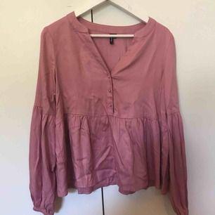 Superfin rosa tröja ifrån Vero Moda med knappar i detalj. Endast använd en gång pga trivs inte i färgen men verkligen så skön och fin i modellen! Köparen står för frakten💞💞