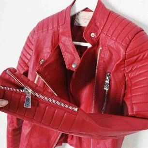 Moto jacket i röd från Chiquelle.  Är i jätte fint skick och varsamt använt. Är i storlek 36 men är liten så skulle säga att den passar bättre på en storlek 34.  Kan skicka fler bilder privat. Nypris 699kr