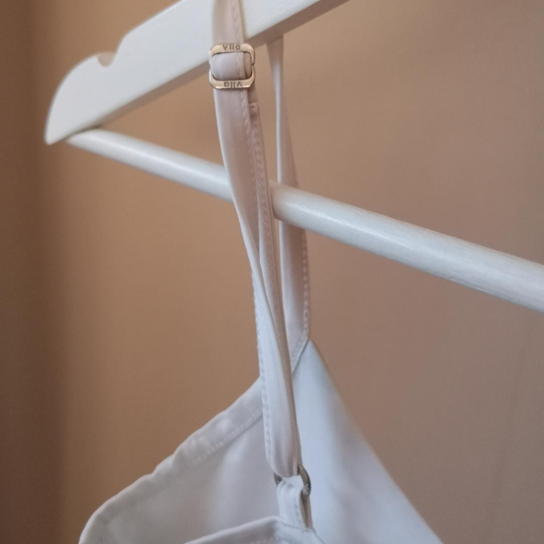 Lent fint linne med innermaterial för brösten, ej genomskinligt. Verkar vara lite fabrikationsfel då axelremmen är felvänd, lätt fixat med symaskin! . Toppar.