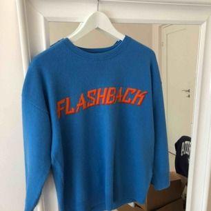 """Blå tröja från sandro med texten """"flashback"""". Supersnygg men kommer tyvärr inte till användning. Köpt för 3000kr"""
