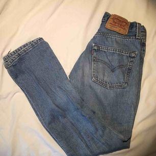 Levis jeans köpa i en Levis butik för cirka ett halv år sen för 110kr. De är knappt använda och i väldigt bra skick. De är i storlek XS-S och passar mig som är 160cm.  (Jag kan mötas upp i Malmö, annars står köparen för frakt)