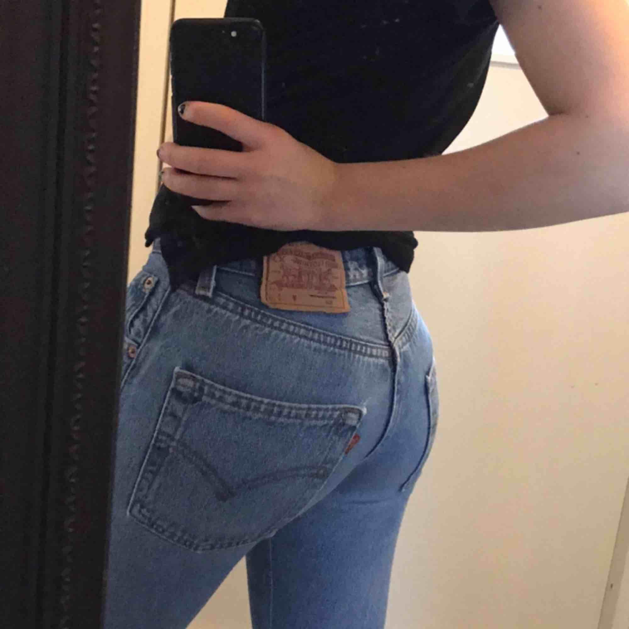 Levis jeans köpa i en Levis butik för cirka ett halv år sen för 110kr. De är knappt använda och i väldigt bra skick. De är i storlek XS-S och passar mig som är 160cm.  (Jag kan mötas upp i Malmö, annars står köparen för frakt). Jeans & Byxor.