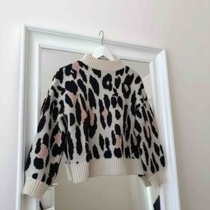 Beige Stickad tröja i storlek xs med leopardmönster