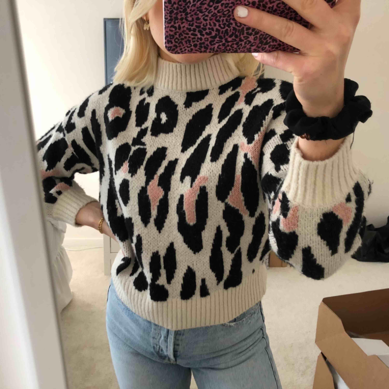 Beige Stickad tröja i storlek xs med leopardmönster. Tröjor & Koftor.