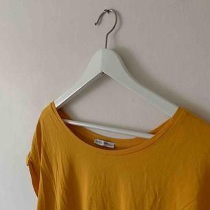Senapsgul T-shirt från Zara. Frakt på 35kr tillkommer 🤩