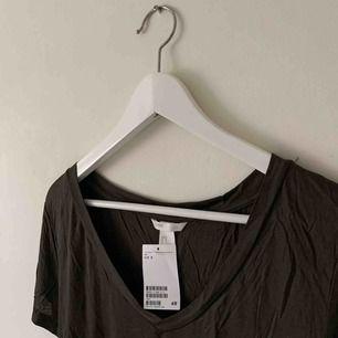 Mörkgrön T-shirt från H&M. Aldrig använd. Frakt på 35kr tillkommer 🥰