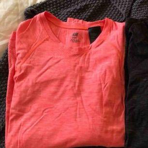 Säljer två långärmade träningströjor, en i svart & en i rosa/orange. Båda i storlek XS, från H&M. Använda 2-3 ggr så i bra skick! 100kr för båda eller 1 för 70kr (frakt ingår)