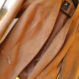 Fejk mocka jacka, i exemplariskt skick. Kan användas både som jacka & kavaj.