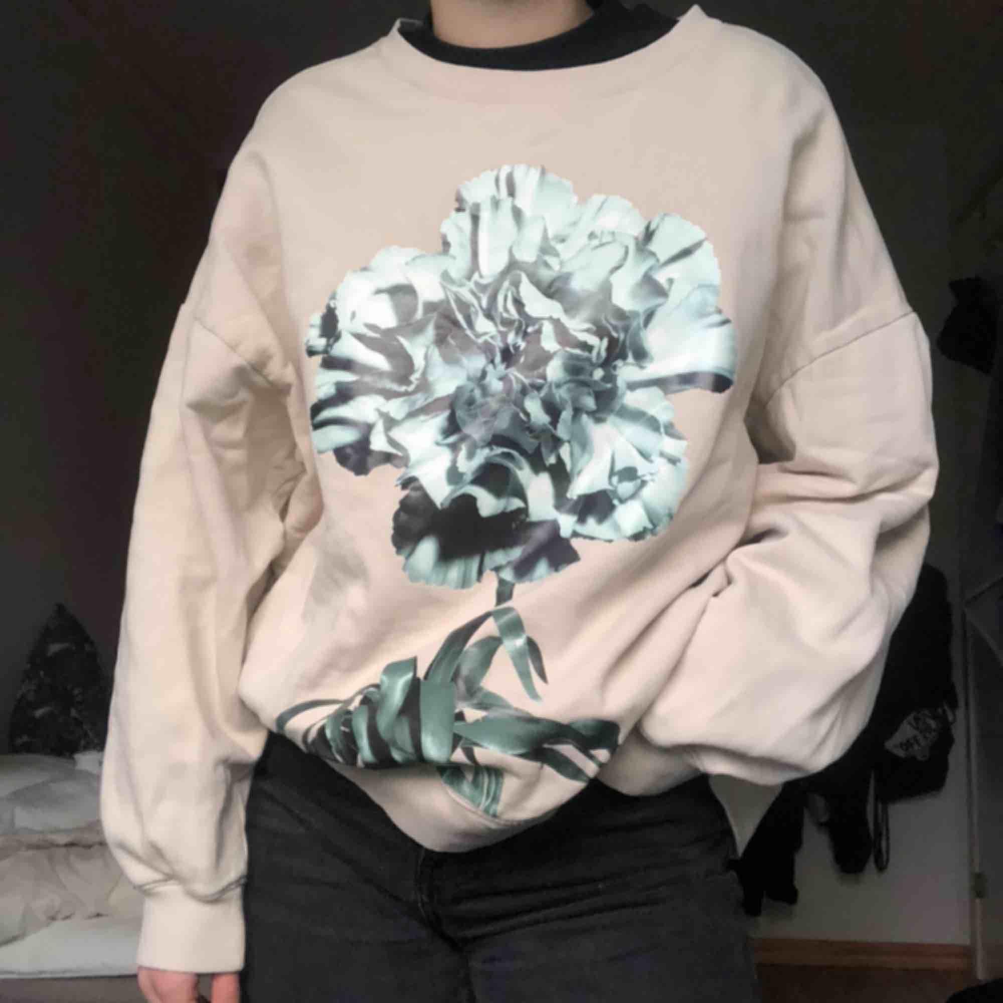 crewneck från weekday! väldigt oversized så passar säkert en M eller L också🤩. Huvtröjor & Träningströjor.