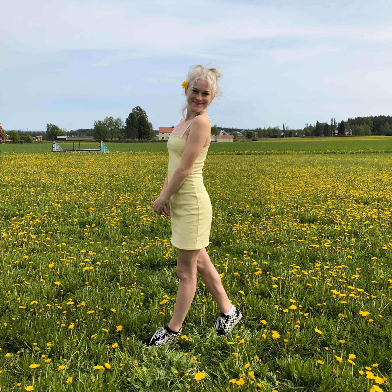 En gul klänning från Hm storlek 36 Använd 1 gång på skolavslutningen❤️ Frakt står köpare för ❤️. Klänningar.