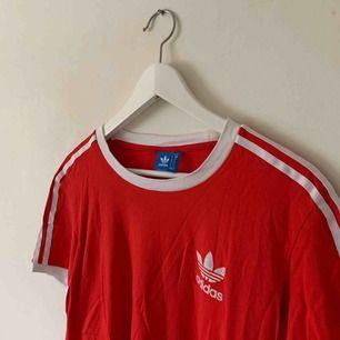 Snygg röd T-shirt från adidas! frakt på 35kr tillkommer 🥰
