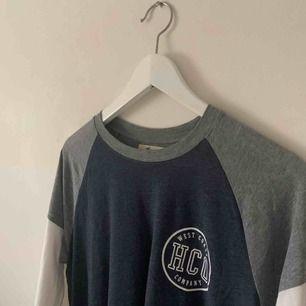 Cool tröja från Hollister. Frakt på 35kr tillkommer 🥰