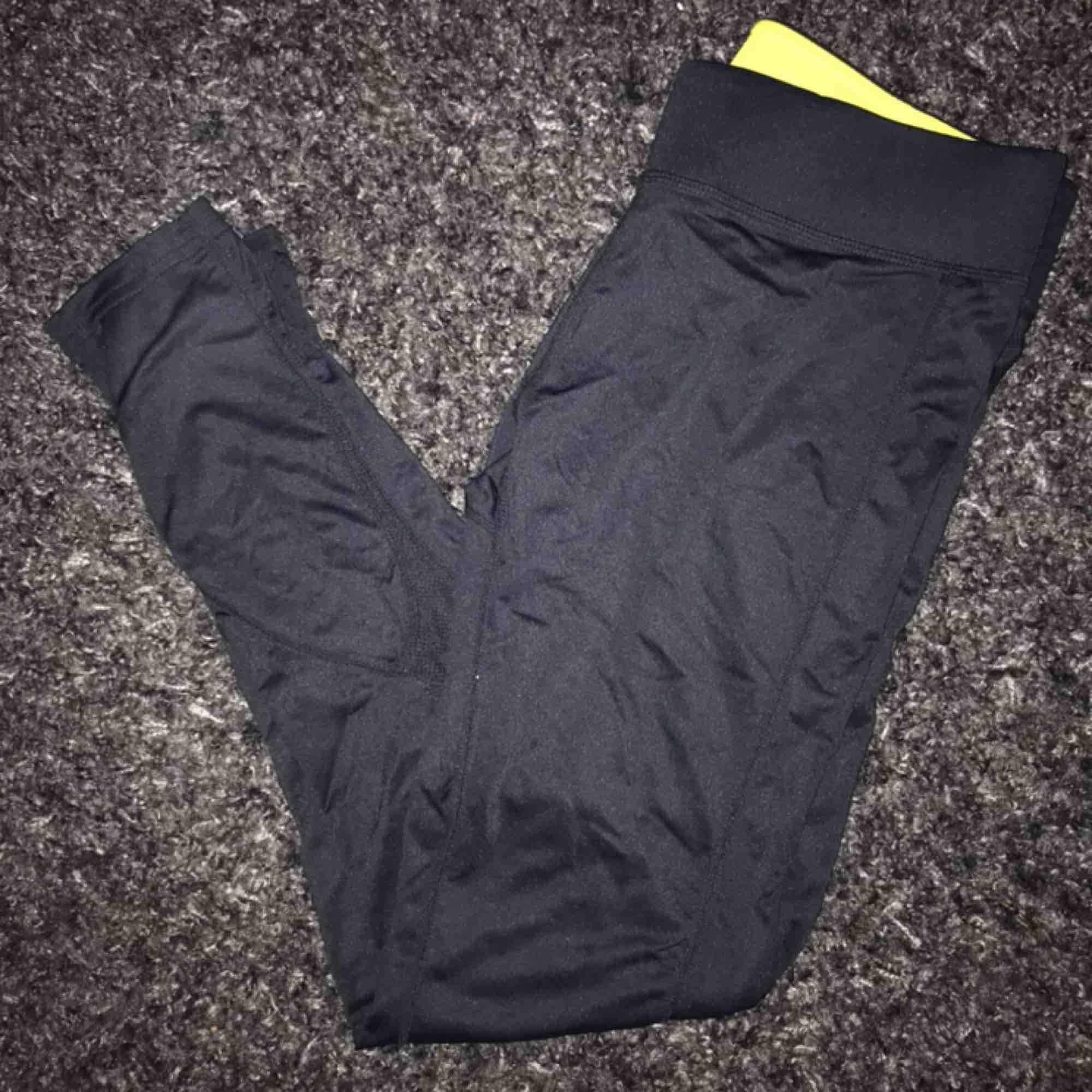 Träningstights från Newbody. Jättebra kvalitet. Kan mötas upp i GBG annars står köparen för frakten🍁. Jeans & Byxor.