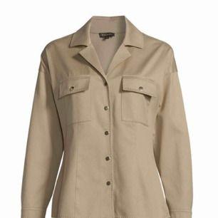 Leisure blouse från Escada som aldrig är använd och gjord i ull Original pris 6000kr