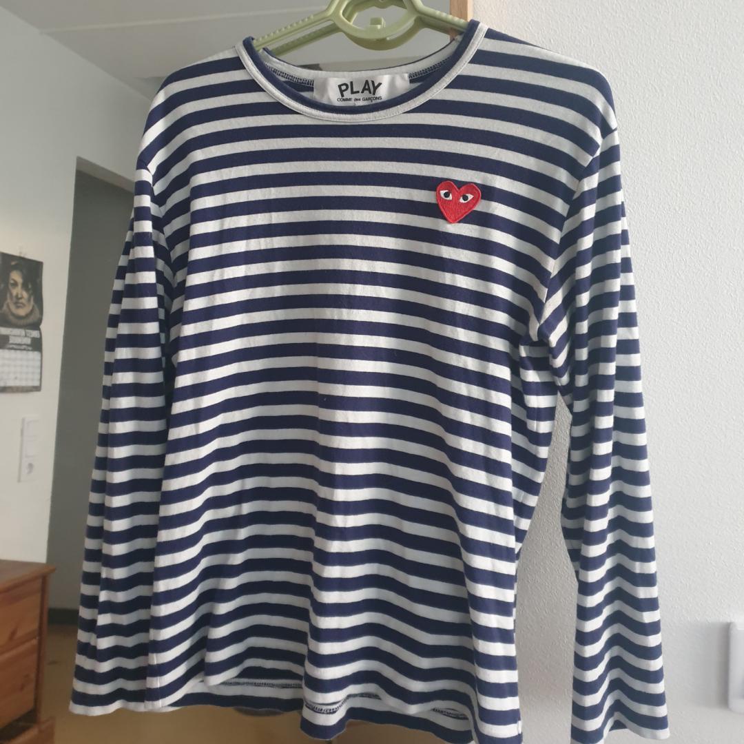 Säljer denna fina Play Comme des Garçons navy blue/white tröja i storlek M. 100% Cotton. Made in Japan. Nypris 1153kr på dover street market hemsida. Kan skickas annars finns i Malmö. Frakt ingår i priset :). Toppar.