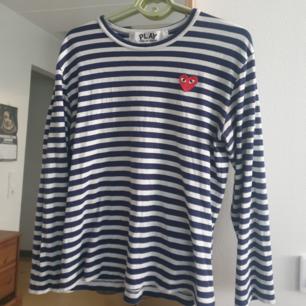 Säljer denna fina Play Comme des Garçons baby blue/white tröja i storlek M. 100% Cotton. Made in Japan. Nypris 1153kr på dover street market hemsida. Kan skickas annars finns i Malmö. Frakt ingår!