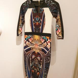 Helt NY River Island klänning med prislapp kvar.  Nypris 50 pund = 620 sek   Kan mötas upp i Huddinge, Älvsjö, Årsta, Globen & Västberga