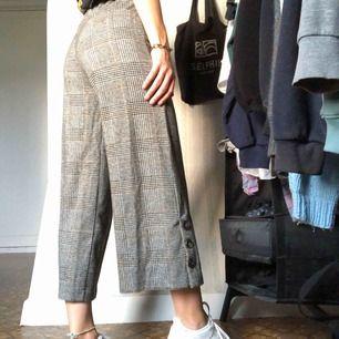 Zara byxor köpta från barnavdelningen, storlek 164 men är stretchiga och passar mig som har xs/s💚 de är lite kortare och vida i benen, så fina men kommer tyvärr inte till användning pris 100 kr + frakt💚 pris kan diskuteras