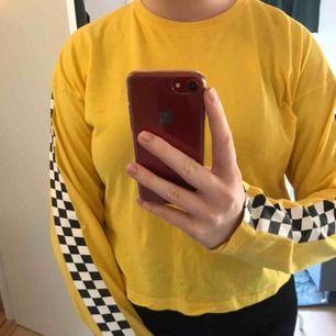 Cool tröja från Carlings med checkerdboard längst med armarna. Bra skick. Köparen står för frakten🍌🍌