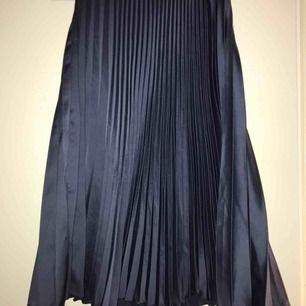 Blå plisserad kjol i nyskick!  Strl 36 Inköpt i somras från hm