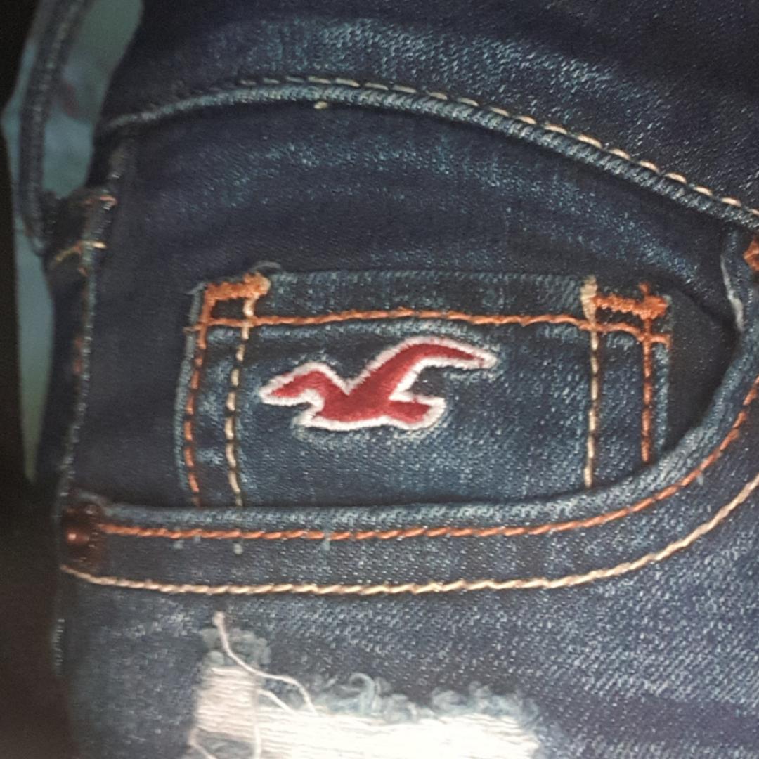 Fina lågmidjade marinblå jeans med slitningar ifrån hollister, säljs pgr att jag ej gillar lågmidjade jeans och tycker inte dom sitter så bra på just mig, storlek W 25 L 31, 150 kr + frakt. Jeans & Byxor.