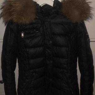 En äkta rockandblue jacka, ord pris 3200kr. Skriv för mer bilder vid intresse. Mycket varm jacka inför vintern.