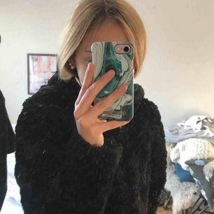Säljer nu min fake pälsjacka från only! Den har en supermysig luva verkligen!! Den är knappt använd och köpt för 500kr:) köparen står för frakt, skriv för mer info osv. Kan gå ner i pris