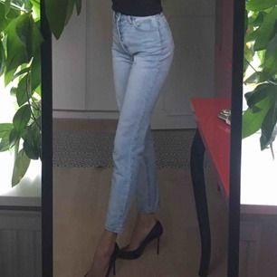 Ljusa jeans köpta från Brandy Melville. Storlek S, är som ett par 25/32 Kan mötas upp i Stockholm!