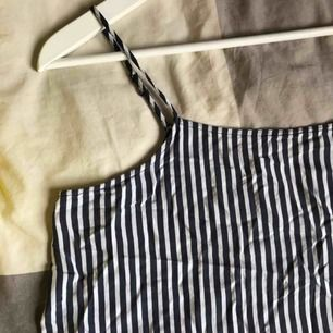 Gulligt linne från H&M som inte är speciellt använt. Den är marinblå/vit randigt och kortare i modellen. Den har även justerbar snöre. Köparen står för frakten 💙💙