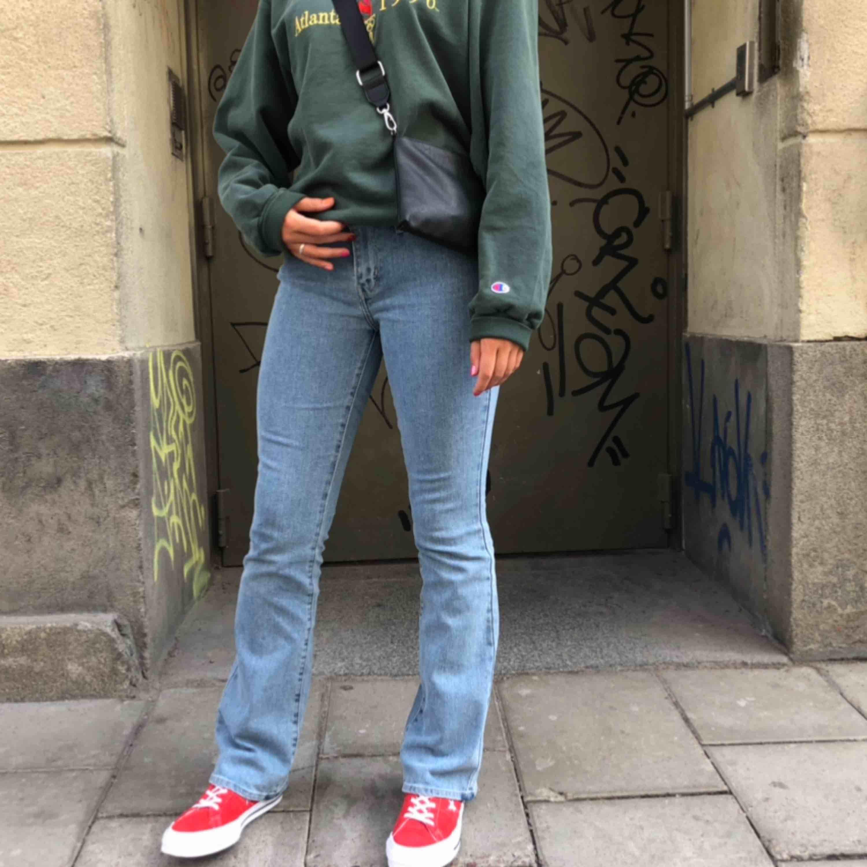 Levis bootcut jeans i storlek 28/32. Jag är normalt en s och 170cm lång, de passar bra! Kan bäras av mindre storlekar med skärp💘👍 använda men i nyskick💜 frakt tillkommer. Jeans & Byxor.