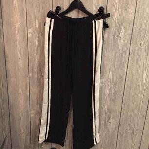 Svarta raka byxor med vit revär från JACQUELINE DE YONG (JDY) i storlek 34