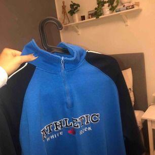 Superfin half zip tröja köpt second hand! Jättemysig och passar perfekt oversized för s och xs⭐️ frakt tillkommer💘💜