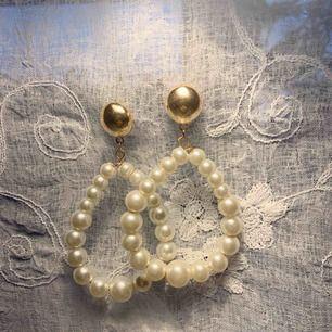 Superfina och klassiska pärlörhängen som är perfekta till festen! Frakt tillkommer.