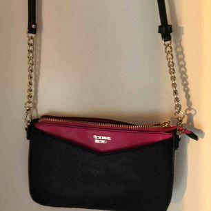En jätte fin liten väska från Victoria secret som är i fint skick! Väskan har en liten ficka inuti. Säljs för 200kr + frakt. Skriv dm för bättre bilder.