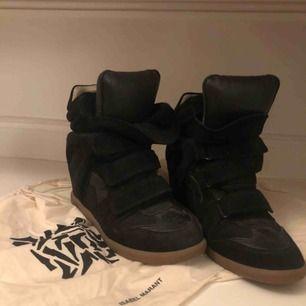 Storlek 40 Isabel Marant Etoile Bennet skor, bra skick utan tydliga slitningar :) dustbags och originalkartong medföljer. Pris kan diskuteras vid snabb affär :)