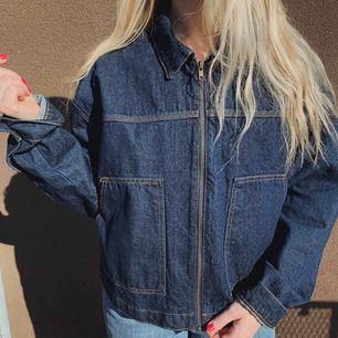 """Oanvänd jeansjacka, """"boxig"""" passform och väldigt stilren."""
