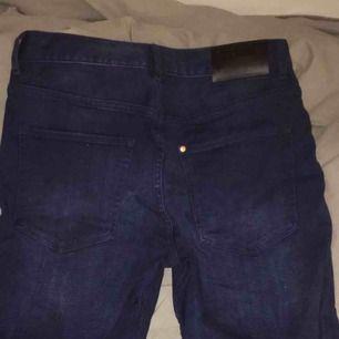 Mörkblåa jeansshorts från H&M, bra skick. Köparen står för frakt.