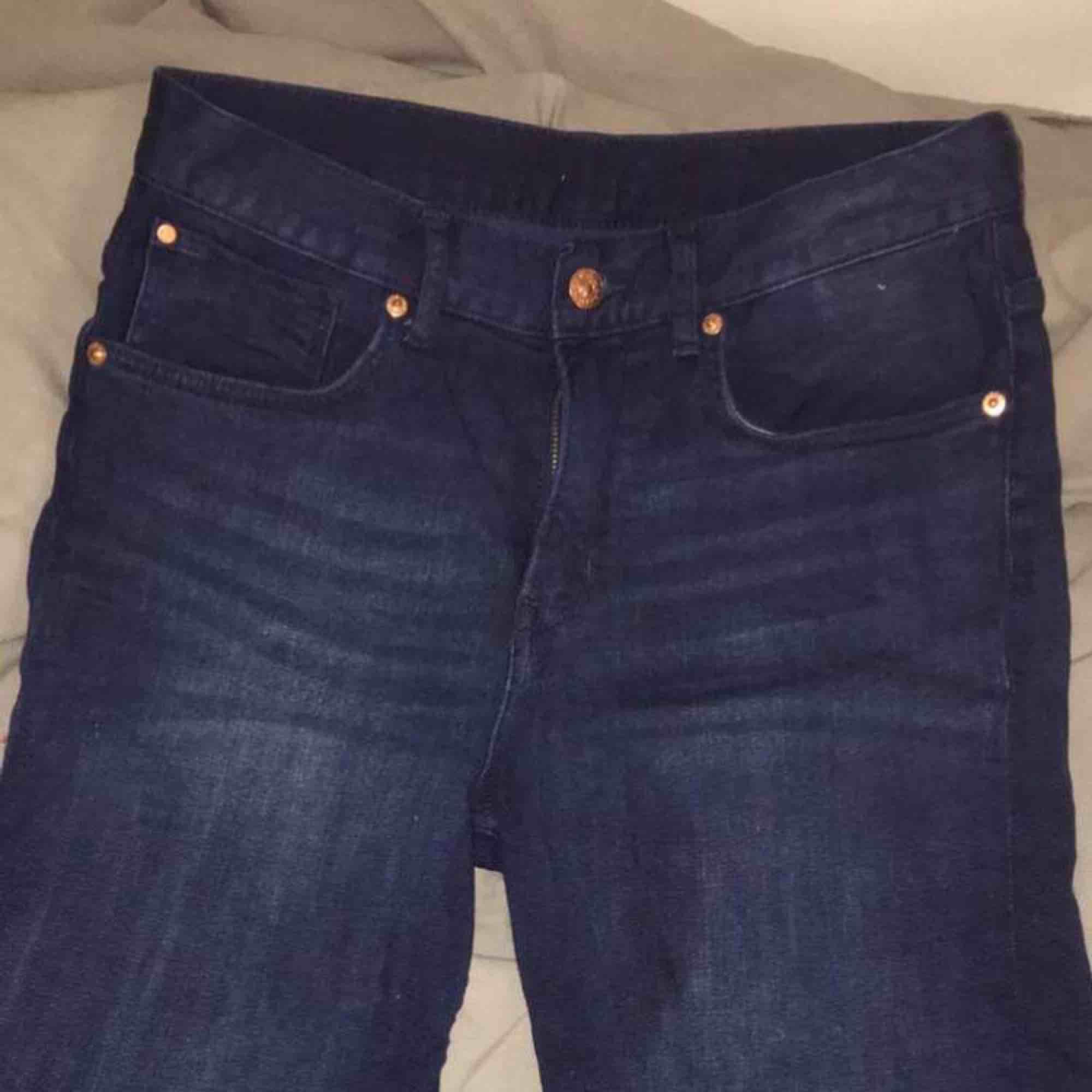 Mörkblåa jeansshorts från H&M, bra skick. Köparen står för frakt.. Shorts.