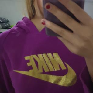 Lila Nike hoodie med guldigt tryck, säljes pgr ingen användning, använd max 2 gånger så absolut nyskick, 150 kr + frakt