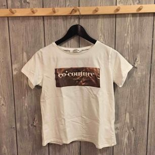 Vit t-shirt med mässing tryck från co' couture i storleken S