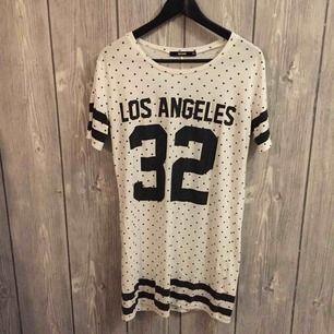 Aldrig använd prickig t-shirt klänning från BIKBOK i storlek XS