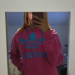 Fin rosa Adidas hoodie med ljusblått tryck, bra skick, säljes pgr av ingen användning, 150 kr + frakt