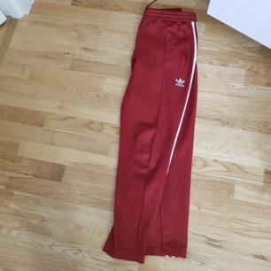 Adidas byxor i storlek M. I bra skick förutom ett litet hål som knappt syns (se bild 3) Frakt ingår i priset
