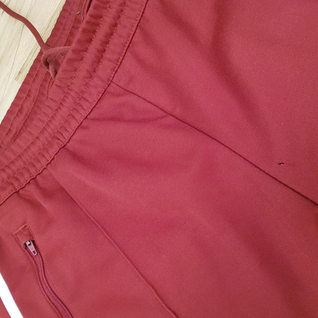 Adidas byxor i storlek M. I bra skick förutom ett litet hål som knappt syns (se bild 3) Frakt ingår i priset. Jeans & Byxor.