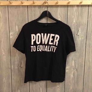 """Svart tröja med texten """"POWER TO EQUALITY"""" från MONKI i storlek S"""